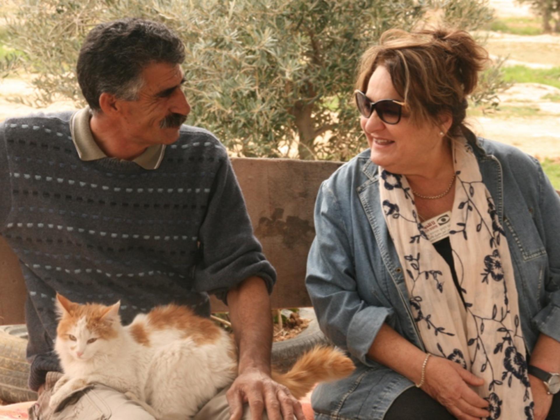 איש, אישה וחתול בשיחה